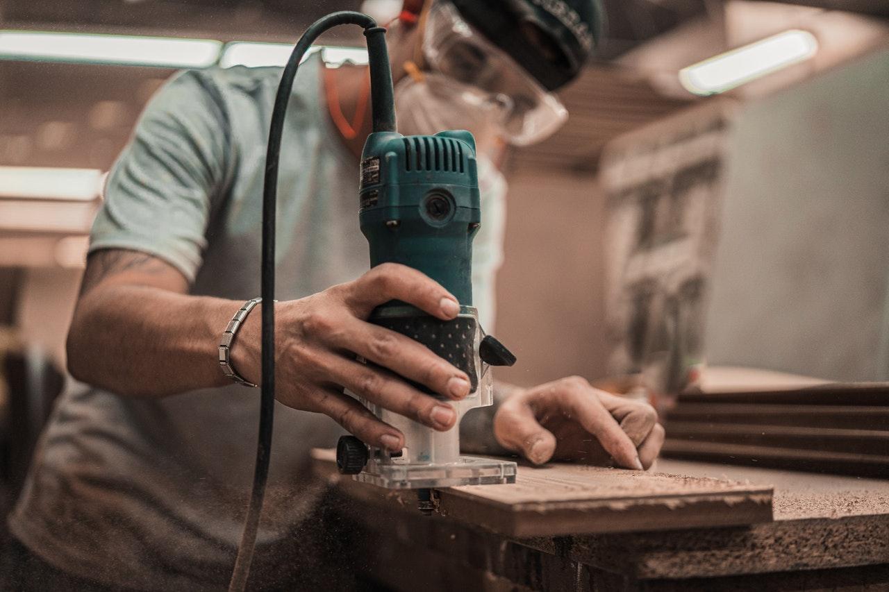Handwerker beim schleifen von Holz