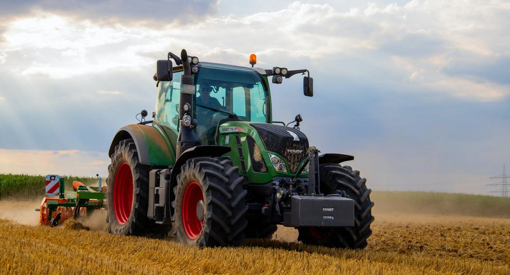 Traktor auf einem Feld