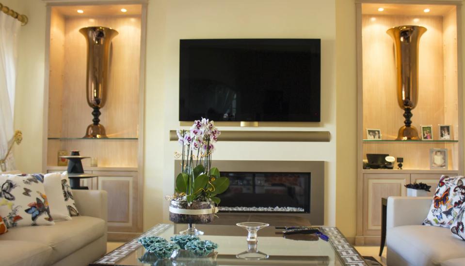 In dem Wohnzimmer befindet sich ein integrierter Kamin